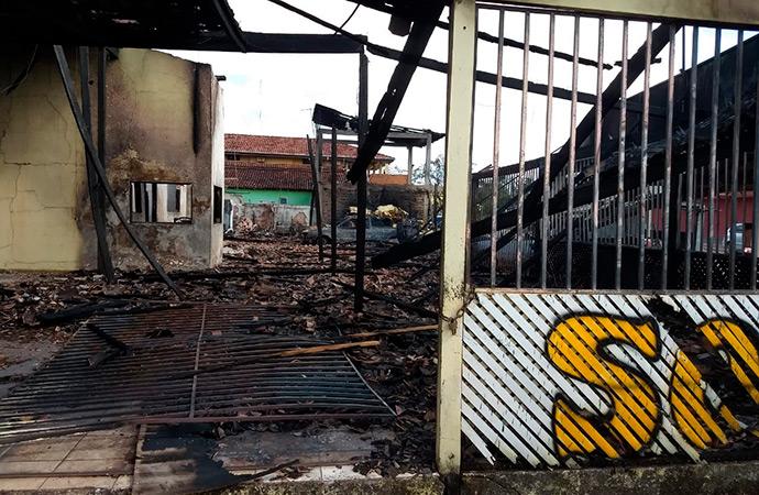 Incêndio destrói loja de estofados em Santana