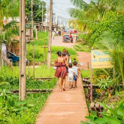 Construção de passarelas beneficia moradores com emprego e mobilidade