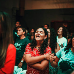 Jovens lotam igreja em pleno período de carnaval