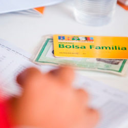 Comissão aprova relatório que garante 13° do Bolsa Família e BPC