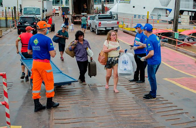 Na área portuária de Santana, passageiros são orientados sobre o novo coronavírus