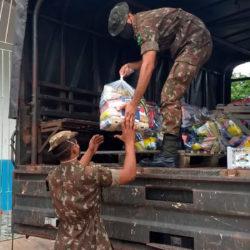Moradores da Baixada do Ambrósio recebem cestas de alimentos