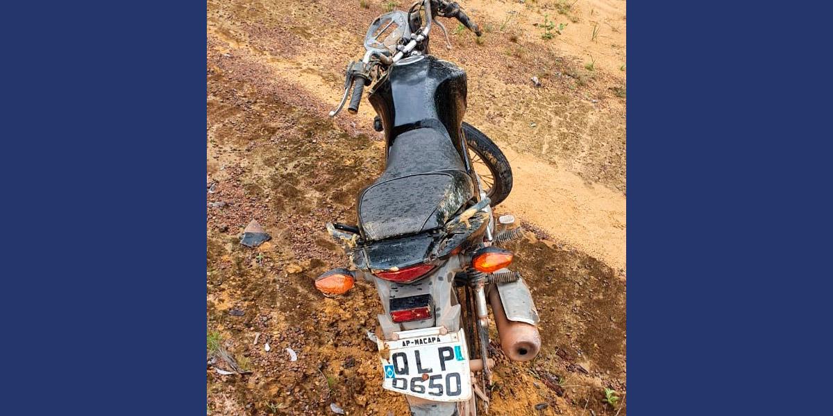 Motociclista morre depois de colidir com placa de sinalização