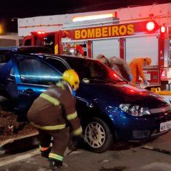 Condutor com sinais de embriaguez avança sinal vermelho e causa acidente
