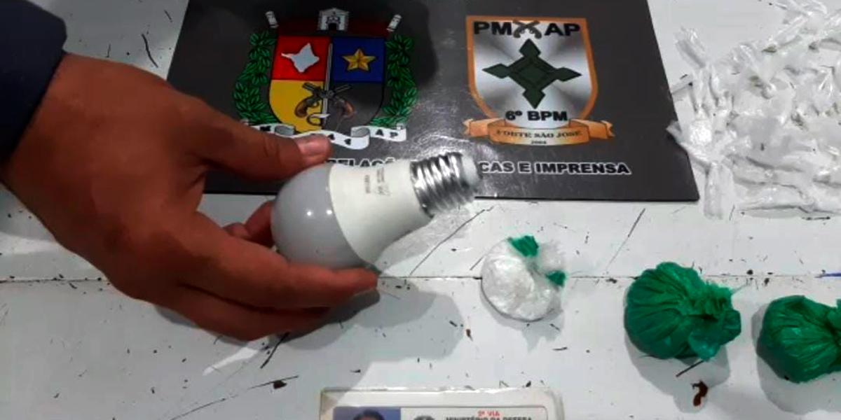 Policiais encontram drogas dentro de uma lâmpada