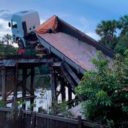 Ponte sobre o Rio Pedreira desaba e caminhão fica pendurado