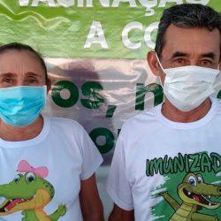 De camisas estampadas com jacaré, casal é vacinado contra a Covid-19 em Santana