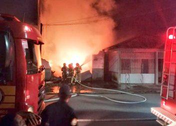 Incêndio destrói loja de sucatas em Macapá