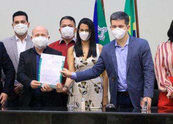 Bala Rocha sanciona lei que cria o programa Alimento na Mesa