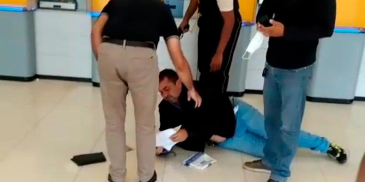 Clientes ficam no meio do fogo cruzado durante assalto em agência bancária