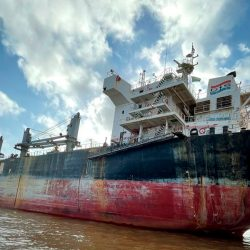 Navio onde tripulação testou positivo para Covid-19 recebe autorização para atracar em Santana